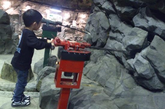 「マイントピア別子」体験ゾーン「遊学パーク」の削岩機