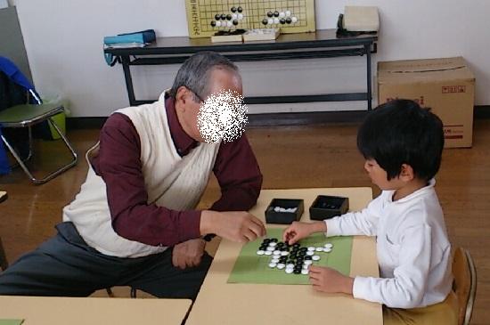 囲碁を習う幼稚園児