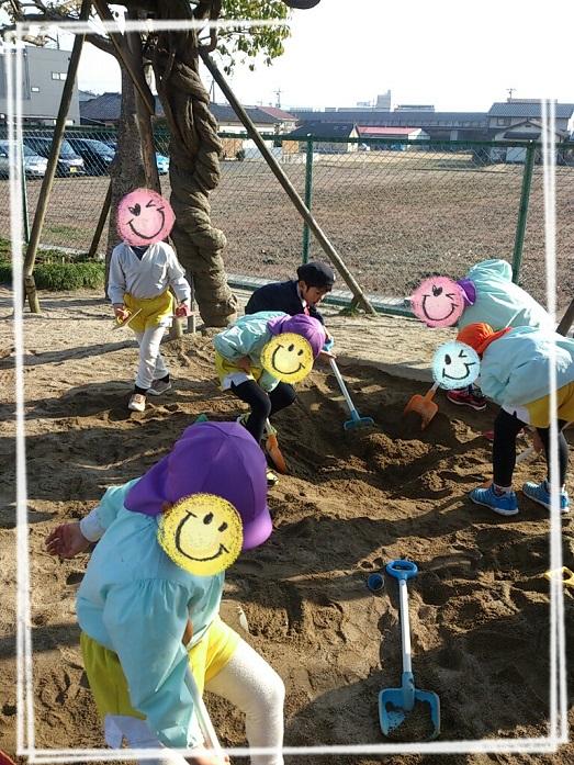 砂場で遊ぶ幼稚園児