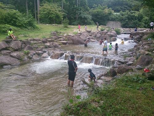キャンプ場での川遊び