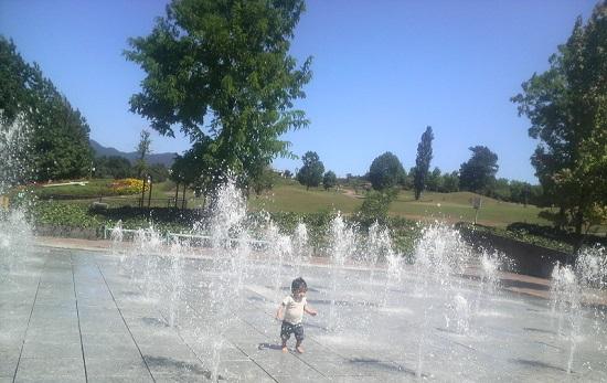 噴水で遊ぶ赤ちゃん