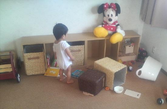 散らかして遊ぶ赤ちゃん(子供)