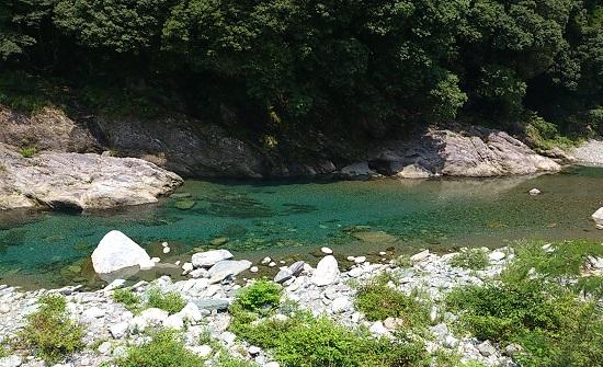 石鎚山の麓の加茂川の清流