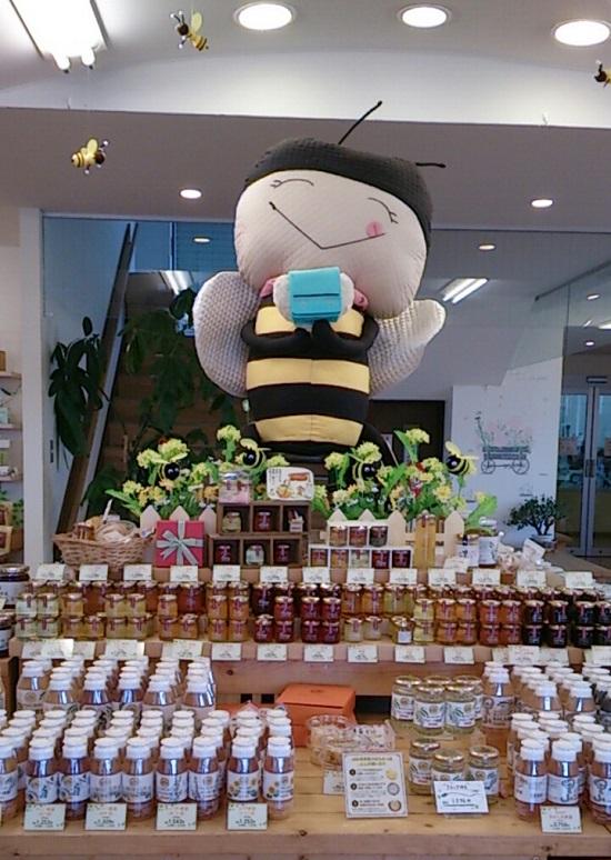 山田養蜂場のぶんぶんファクトリー店内