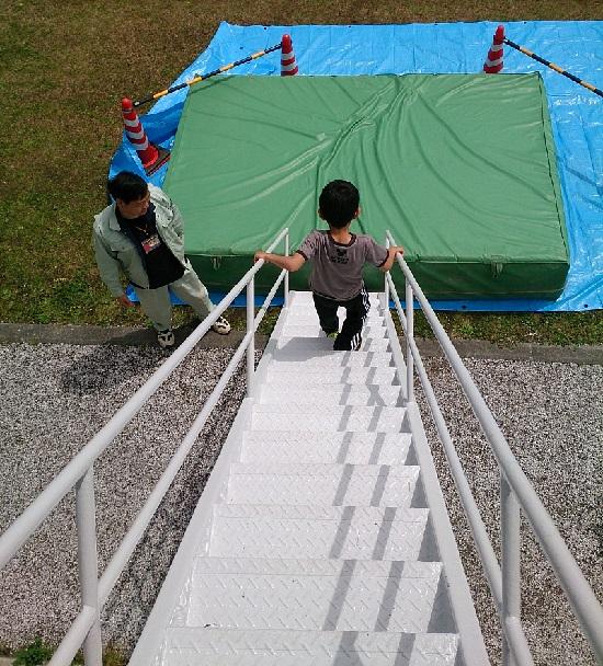 岡山県津山市久米の里のガンダムから降りる階段