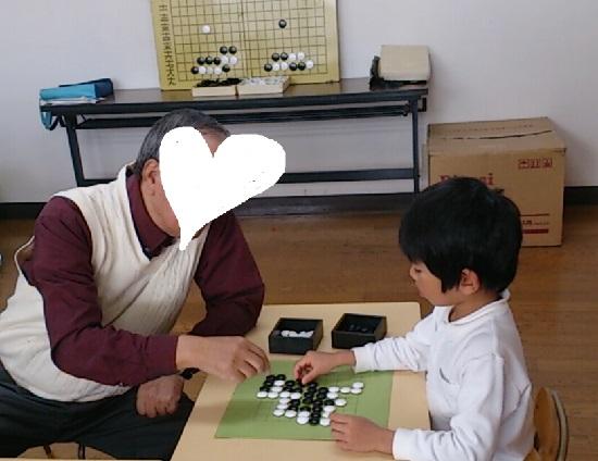 囲碁をする幼稚園児