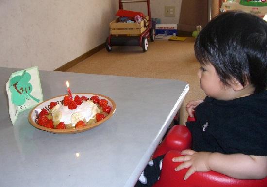 1歳の誕生日ケーキと1歳の赤ちゃん