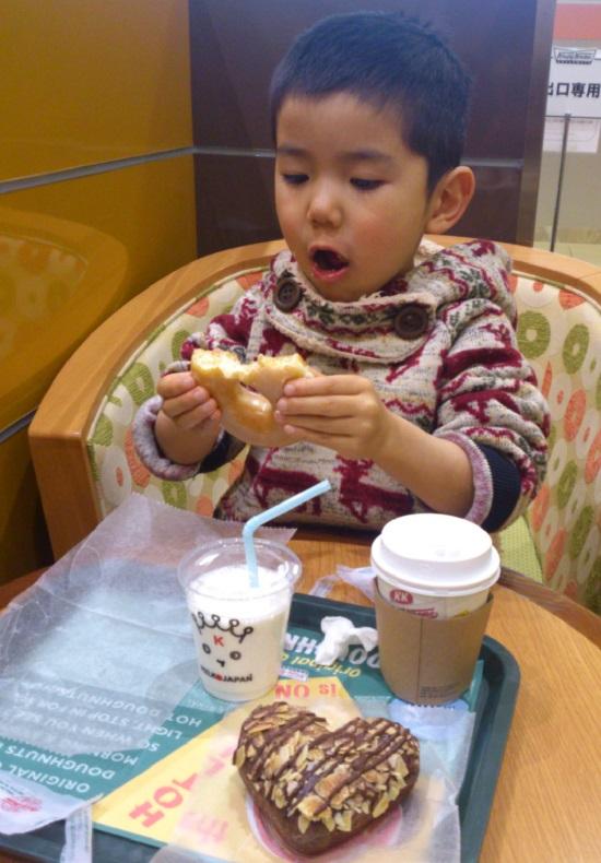 初めて食べるクリスピークリームドーナツに驚くこども