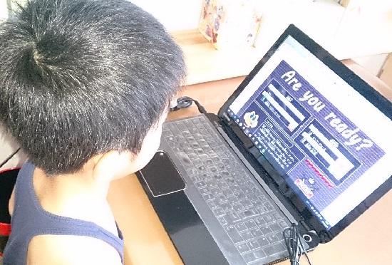 子どもが1人でオンライン英会話を学ぶ様子