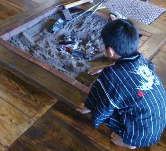 うたたねの里いっぷく亭の囲炉裏の砂・炭をチェック