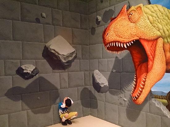 愛媛県総合科学博物館の恐竜のトリックアート
