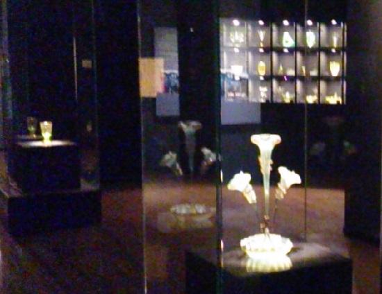 妖精の森ガラス美術館(鏡野町)のウランガラス展示