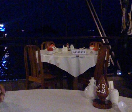 ビンタン島(インドネシア)ケロンレストランの席
