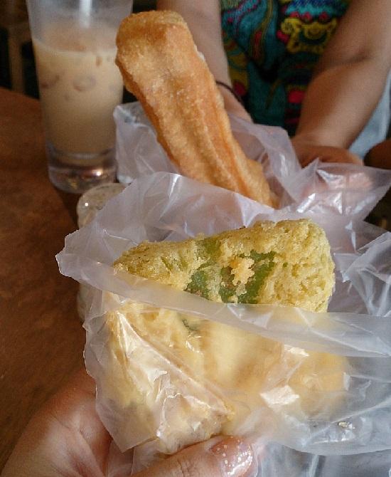 シンガポールFood Republic(フードリパブリック)のタピオカフライ(Fried Tapioca Cake)と揚げパン