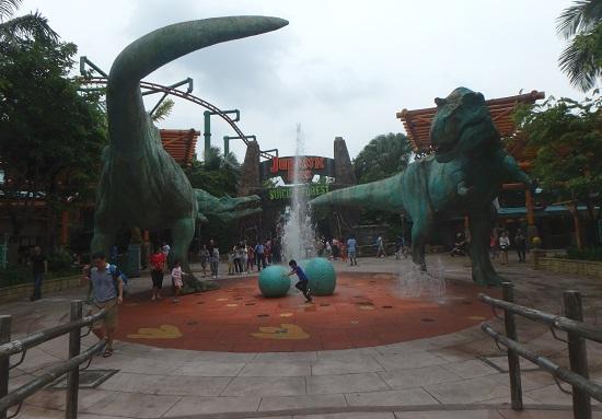 ユニバーサルスタジオ シンガポールのジュラシックパークエリアの噴水