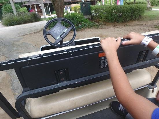 シンガポールセントーサ島でメガ・アドベンチャーパーク(旧メガジップ)で丘へ行く車