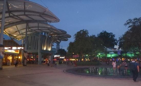 夜のシンガポールのリゾートワールドセントーサ