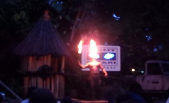シンガポールナイトサファリのボンゴバーガーの火吹きショー