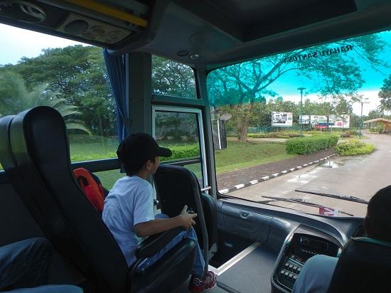 ビンタン島のニルワナビーチクラブリゾートのバス車内