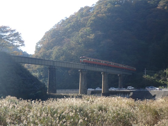 「松ぼうき橋梁」を通るキハ40(因美線)