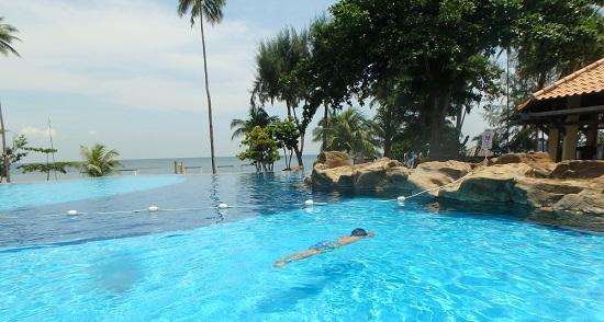 インドネシアビンタン島のニルワナビーチクラブのプール