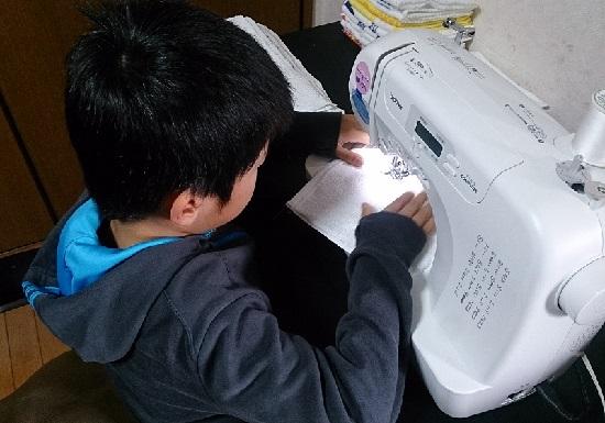 雑巾を縫う小学生(男児)
