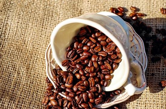 コーヒーカップに入った珈琲豆
