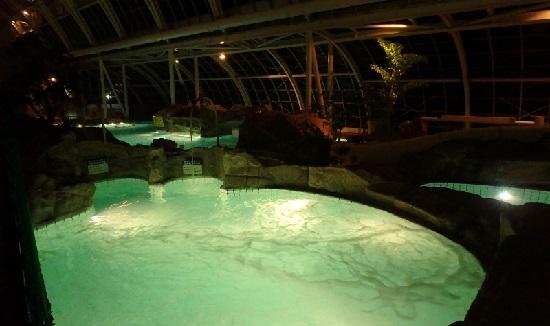 「グラスハウス」のナイトプール