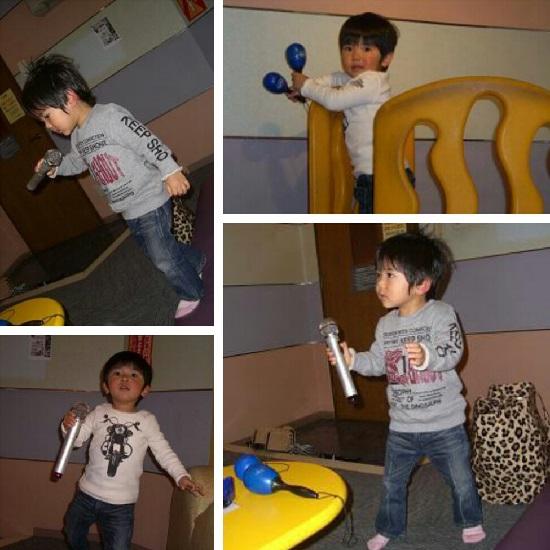 英語の歌を歌う子供(カラオケ)