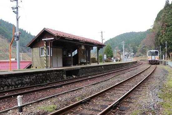 因美線「那岐駅」ホームと線路