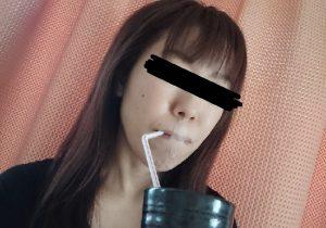 口呼吸防止テープ「ねむるん」を貼ったまま水を飲む女性