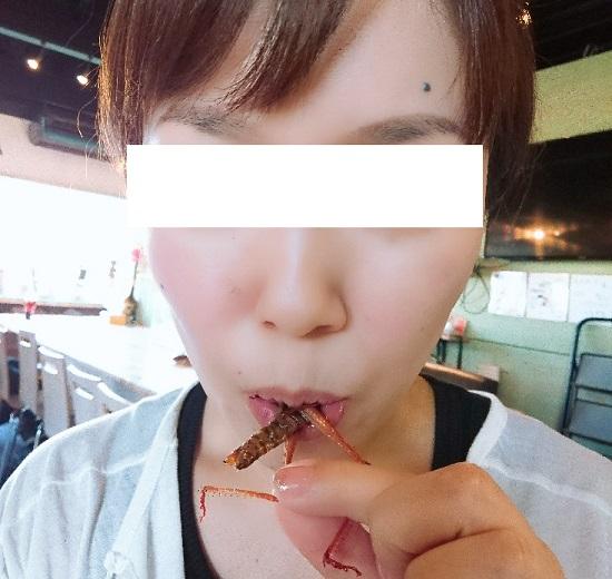 爬虫類カフェ「爬虫れぼ」で昆虫を食べる女性