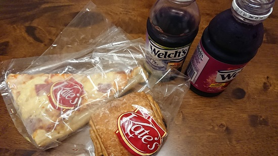 セブのスーパーで買ったパンとジュース