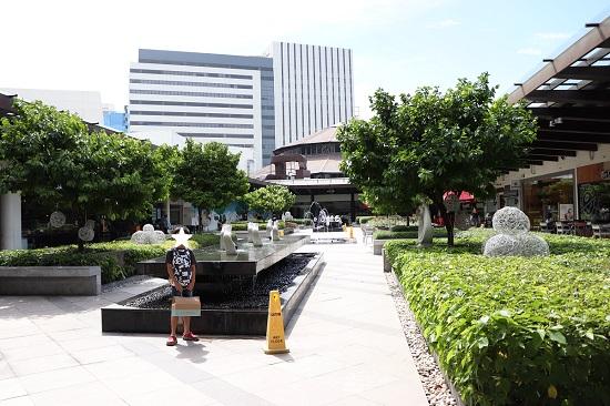 アヤラセンターの屋上テラス