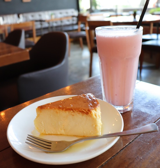 BRIQUE(ブリック)のチーズケーキとイチゴシェイク