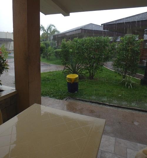セブ ウェスタンラグーン(Cebu Westown Lagoon)の無料スペースから見る雨