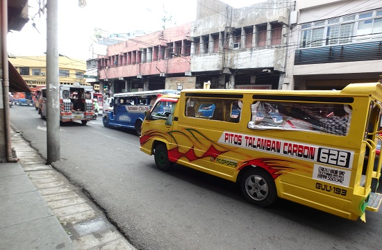 コロン地区カルボンマーケットを走るジプニー