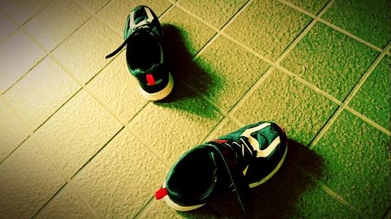 玄関に脱ぎ散らかされた靴