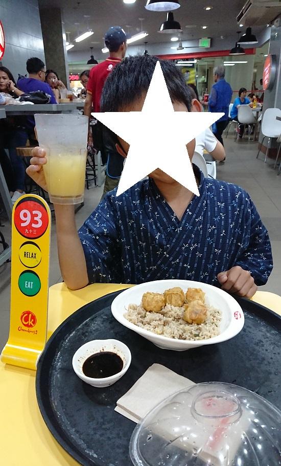 Chowkingの店内でPork Chao Fan with Siomai(焼きめし&焼売)を食べる
