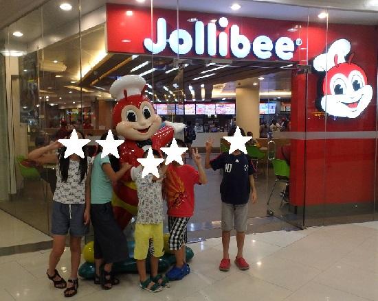 フィリピンのファストフードJollibee(ジョリビー)のジョリビーくんと記念撮影