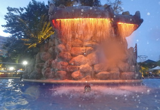 Jパークアイランドリゾート&ウォーターパークのメインプールの虹色に輝く滝