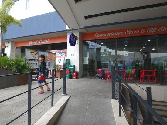 スカイウォーターパークセブ(SkyWaterpark Cebu)のコンビニ前