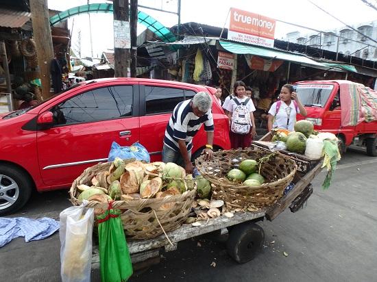 コロン地区カルボンマーケットのココナッツドリンク屋台