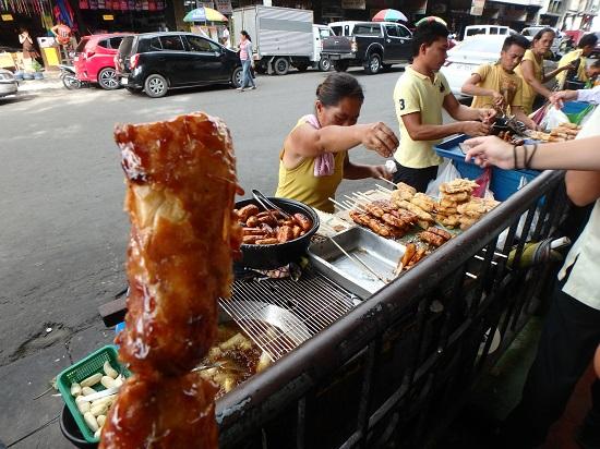 コロン地区カルボンマーケットの屋台バナナキュー(Banana cue)とトロン(Turon)