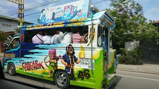 フィリピン・セブを走るジプニー