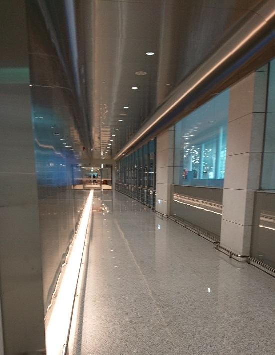 仁川国際空港第2ターミナルラウンジ「IASS INCHEON LOUNGE 2」に向かう廊下