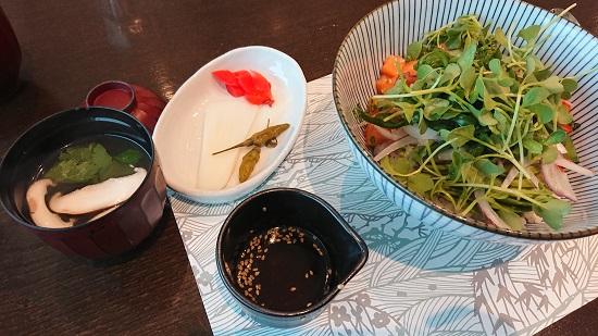仁川空港(インチョン空港)第2ターミナルフードコート「hibarin」のサーモン丼