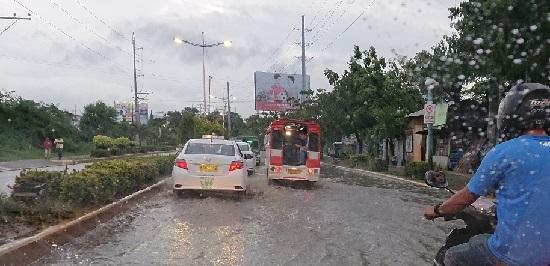 セブ島の雨の中走るタクシー・ジプニー・バイクタクシー