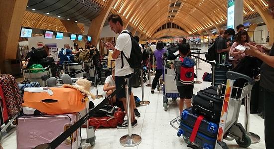 マクタン・セブ国際空港の航空会社カウンターの列
