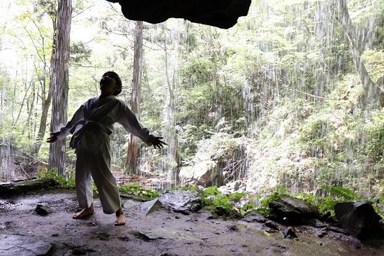 岩井滝で修行中の男の子(RYU)